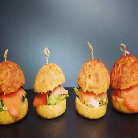 L'estival fait son entrée à Carnac 🌼 Composé  d'un bun de mais, fêta, avocat, concombre, sucrine, pêche, saumon fumé et oignons rouges .. #relaisdessert #yummy #boulangerie #snacking #patisserie #sandwich #carnac #auray #baud #etel #belz #locoalmendon #food