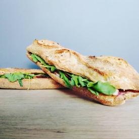 Le Basque vient s'ajouter à la nouvelle carte snacking de Carnac Il se compose d'une demi princesse aux graines, de magret fumé, d'une crème de brebis-cerise-espelette, de figues moelleuses, de tomme de brebis, de roquette et de tomates confites  Venez vite à Carnac pour le découvrir ! !  #foodporn #snacking #auray #baud #etel #carnac #yummyfood #relaisdessert #sandwich #picnic #bientotlété