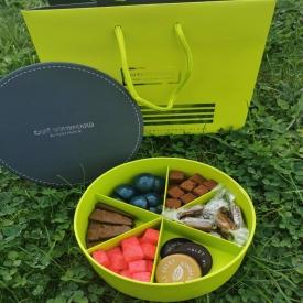 Quand le choix est impossible 🤪  Le coffret Café Gourmand est parfait pour se faire plaisir ou à offrir 😍  Composé d'un assortiment de Petits Menhirs, d'îlots Saint Cado,  Palets, Guimauves, Bonbons Tempête et de Caramels beurre salé 🍫🍪  #aupetitprince #etel #baud #carnac #pluvigner #auray #pastry #morbihan #foudepatisserie #pastrychef instagood #caramel #guimauves #chocolate #instafood #foodporn #pastrylover #baking #foodies #relaisdesserts